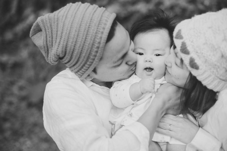 parents smusing kiss